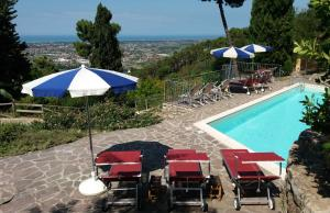 A view of the pool at Villa tra gli olivi or nearby