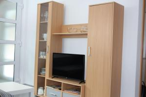 A television and/or entertainment center at Ferienwohnung Arlberg