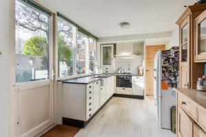 Een keuken of kitchenette bij Roozenlaan Cozy Cottage Haarlem