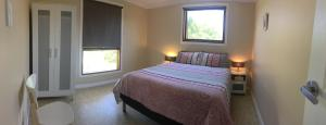 A bed or beds in a room at Swan Valley Sisters