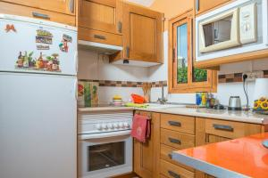 A kitchen or kitchenette at Lightbooking- Book and sunbed