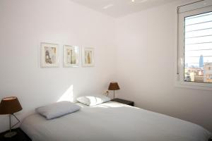 A bed or beds in a room at Sant Pau Apartments