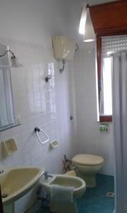 A bathroom at App.ti Scala Dei Turchi Tetide