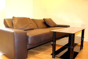 A seating area at Fine Touch Apartments