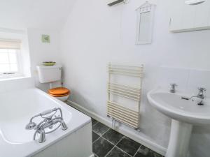 A bathroom at Curlew Cottage, King's Lynn