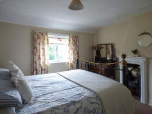 A bed or beds in a room at Hillside Cottage, Leiston