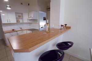 A kitchen or kitchenette at Acropolis centre ville