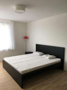 A bed or beds in a room at Close to Zürich centre and Airport
