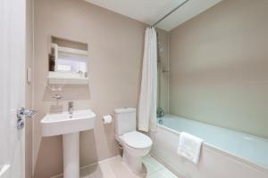 A bathroom at 12 London Street Apartments