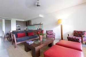 A seating area at Sea Temple Palm Cove 2 Bedroom Luxury Apartment