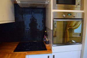 A kitchen or kitchenette at 2 Bedroom Apartment in islington sleeps 5