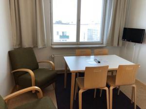 Ein Sitzbereich in der Unterkunft Töölö Towers