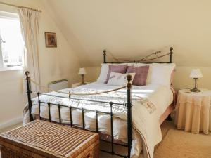 A bed or beds in a room at Faith Cottage
