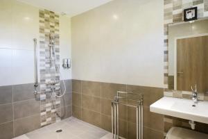 Salle de bains dans l'établissement Gite La Pétillante