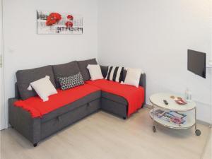 Coin salon dans l'établissement One-Bedroom Apartment in Gruissan