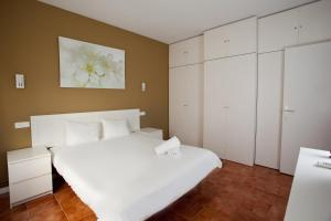 A bed or beds in a room at Sitges City Center II by ApartSitges