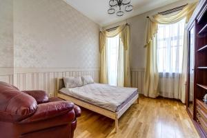 A bed or beds in a room at Apartment on Oranzhereynaya 7