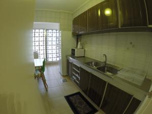 A kitchen or kitchenette at West House Apartments Hamra
