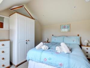 A bed or beds in a room at Taw Valley Cottage