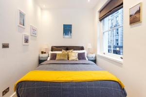A bed or beds in a room at ARCORE Premium Apartments: Monmouth Street