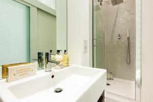 A bathroom at ARCORE Premium Apartments: Monmouth Street