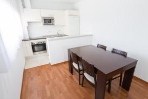 A kitchen or kitchenette at Apartamentos ELE Domocenter