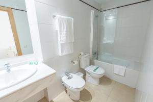 A bathroom at Apartamentos ELE Domocenter