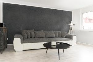 A seating area at City Apartment by urbn rooms