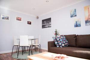 A seating area at Netley Apartment