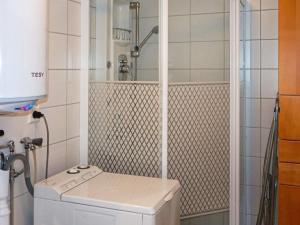 Ett badrum på Holiday home NÄSUM