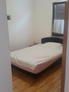 A bed or beds in a room at Apartman M - Novalja