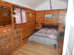 Un ou plusieurs lits dans un hébergement de l'établissement Au petit chalet Normand