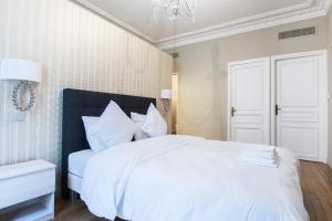 A bed or beds in a room at Dreamyflat - victor hugo