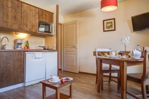 Cuisine ou kitchenette dans l'établissement Résidence Pierre & Vacances Les Trois Domaines
