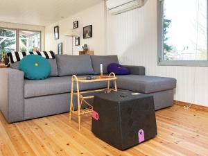 Ein Sitzbereich in der Unterkunft Two-Bedroom Holiday home in Ørsted 5