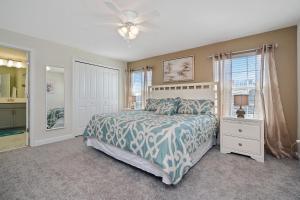 Uma cama ou camas num quarto em Four Bedrooms w/ Game & Pool 4900