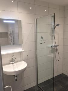 A bathroom at Appartementen Rijnhoeve