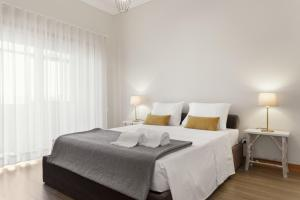 A bed or beds in a room at Glasgow Apartments with free parking