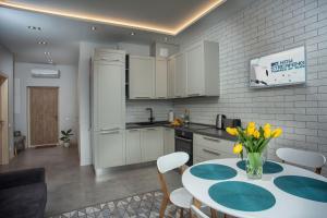 Кухня или мини-кухня в Apartments Belietazh