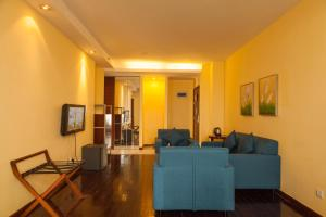 A seating area at Chicago Suites International
