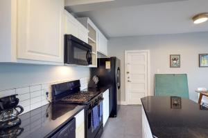 A kitchen or kitchenette at Brackenridge Park Casita