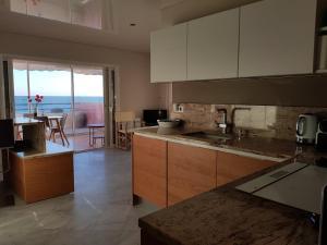 A kitchen or kitchenette at SETE appartement face à la mer !