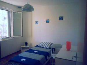 Un ou plusieurs lits dans un hébergement de l'établissement Agréable f4