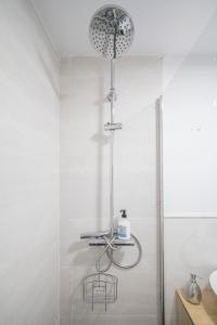 A bathroom at Modern 1 Bedroom Apartment