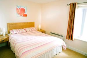 A bed or beds in a room at Ebury Cottages & Apartments