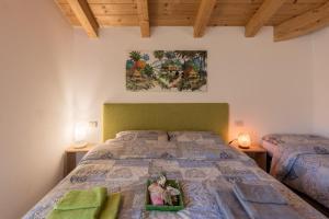 Ein Bett oder Betten in einem Zimmer der Unterkunft Mansarda di Alex e Nataly