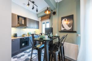 """A kitchen or kitchenette at """"SunBow Olive""""- Boutique Apartment in Dowtown Athens"""