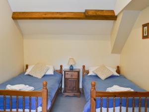 A bed or beds in a room at Issac'S Byre
