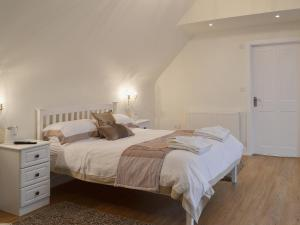 A bed or beds in a room at Grove Cottage