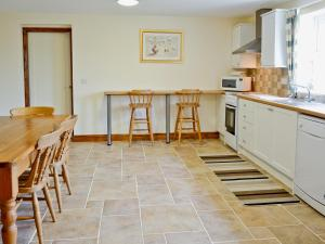 A kitchen or kitchenette at The Wallaces